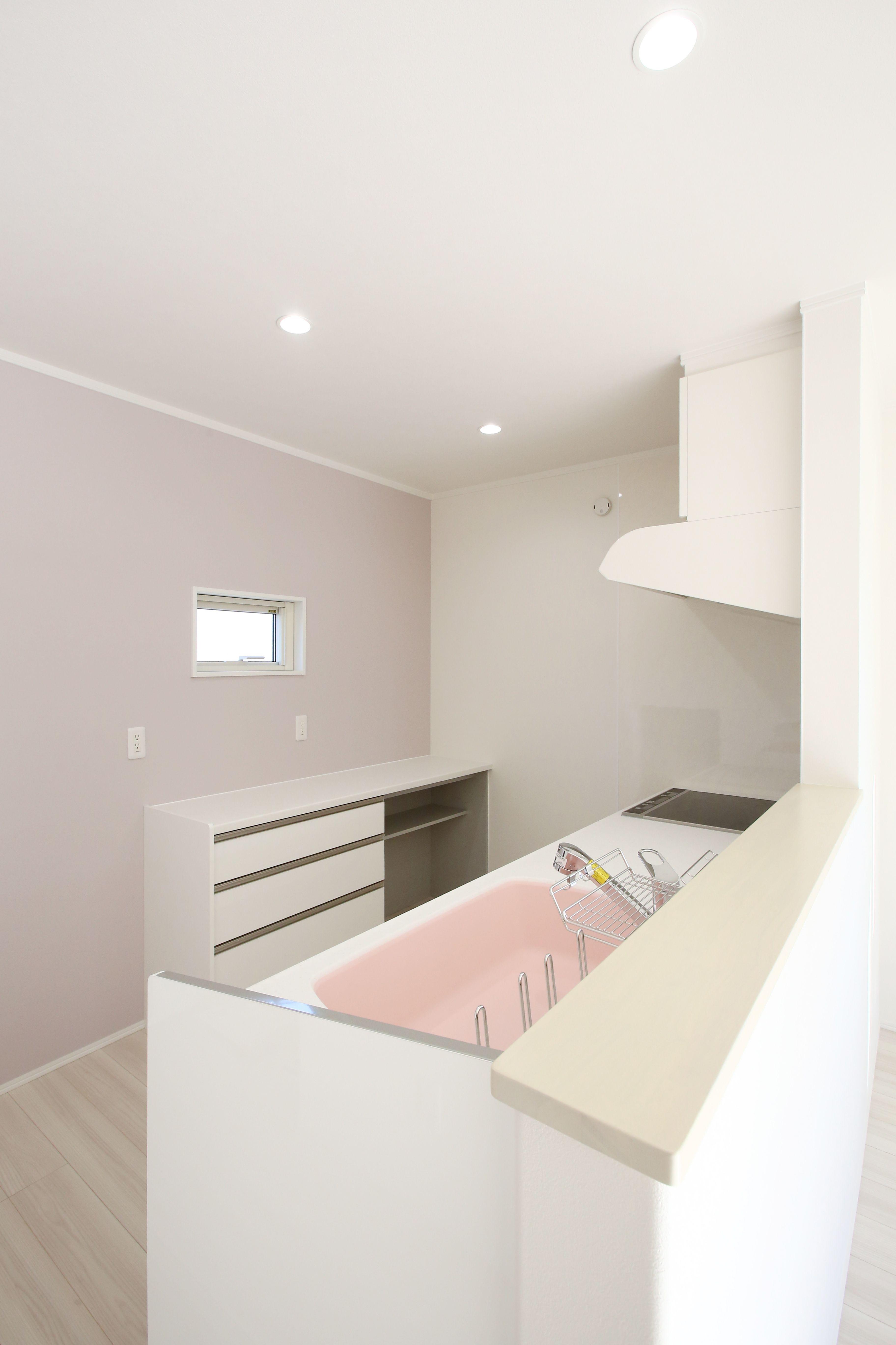 ピンクのシンクがかわいいキッチン 2020 内装 インテリア 内装 リビング キッチン