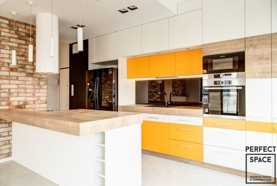 Kuchnia Z Wyspa Otwarta Na Salon W Energetycznym Pomaranczowym Akcentem Na Frontach Szafek Drewniane Blaty Punktowe O Kitchen Wall Decor Kitchen Kitchen Wall