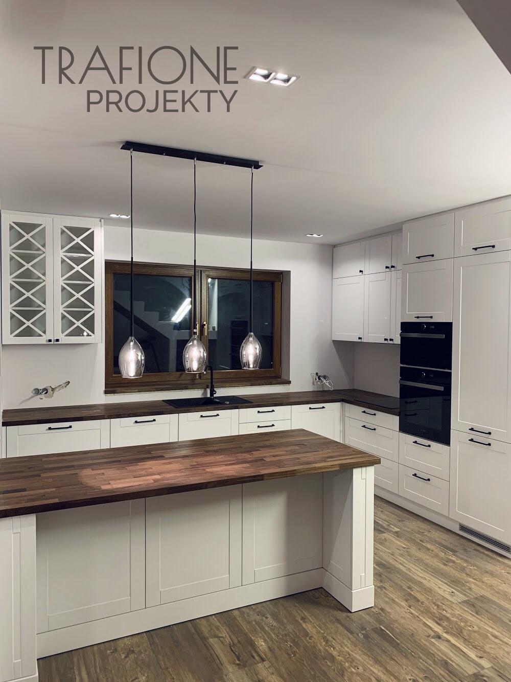 Meble Kuchenne Klasyczne Biale Z Wyspa Trafioneprojekty Pl Home Decor Decor Kitchen