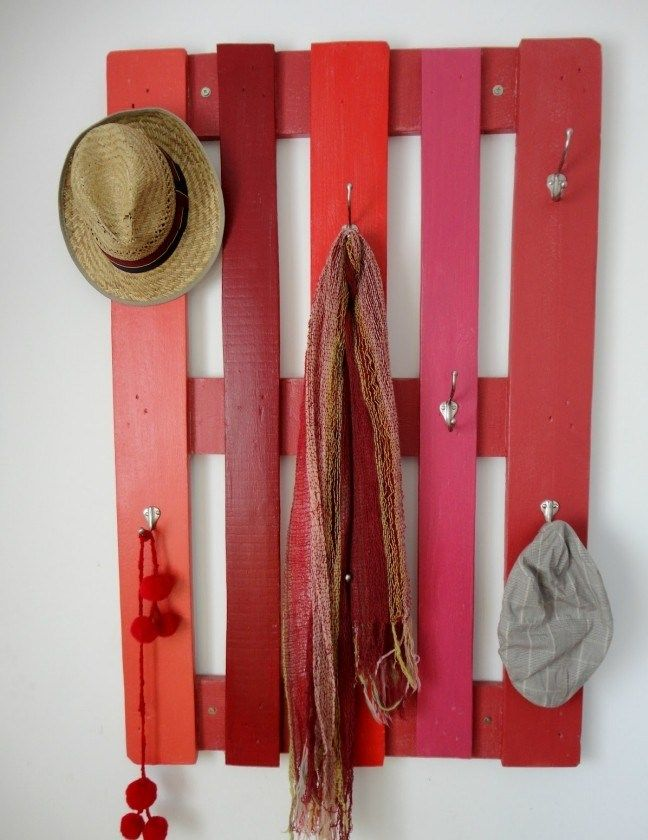 garderobe selber bauen rot bemalt holzpalette kleiderhaken diy pinterest m bel garderobe. Black Bedroom Furniture Sets. Home Design Ideas