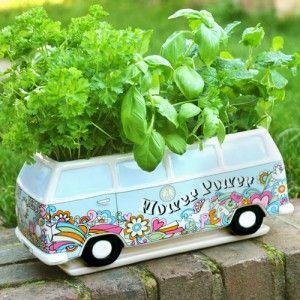 Fiez-vous au Flower Power d'Herbert, le bac à fleurs en forme de minibus des années 70 ! Plantez-y vos fleurs, vos plantes ou encore vos herbes aromatiques et observez-les pousser en toute tranquillité dans votre cuisine ou sur votre balcon ! Une idée cadeau en provenance directe des années 70 à offrir à tous vos amis un peu hippies dans l'âme !
