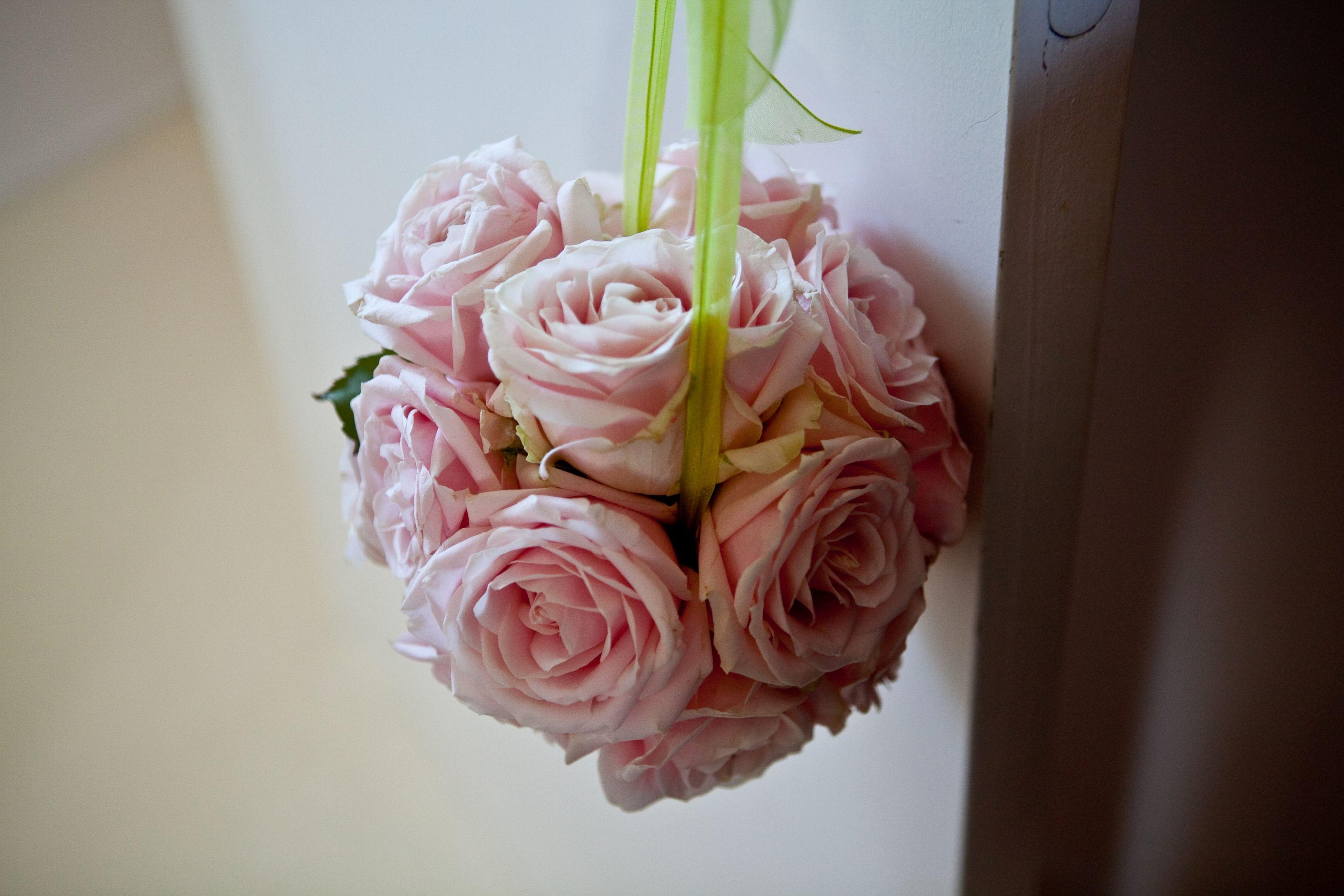 Bouquet de la mariée, rond de roses Nude, avec ruban de satin vert par A Fleur et à Mesure Photo Studio Cabrelli Agence d'organisation de mariage pour Anglais dans le Lubéron www.mariagedanslair.com