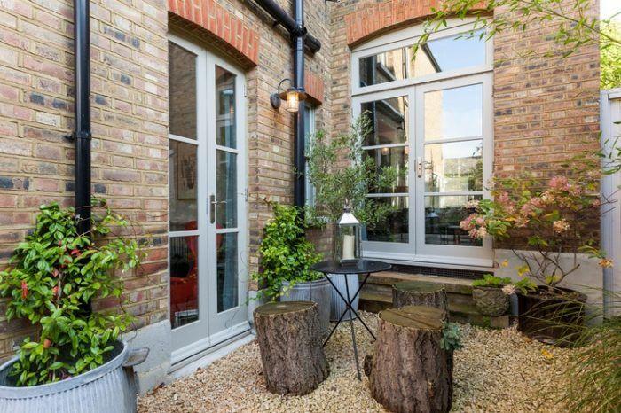 kleinen-garten-gestalten-als-café-im-hinterhof-baumstaemme-als, Gartenarbeit ideen