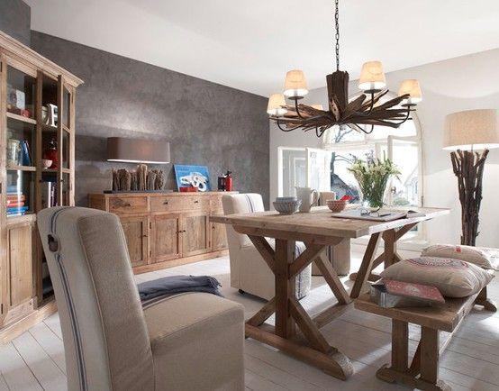 Salón comedor con piezas vintage. mesa y cómoda en madera y ...