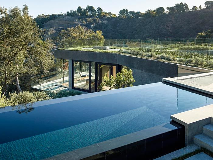 Oak Pass House Contemporary home with infinity pool in Beverly