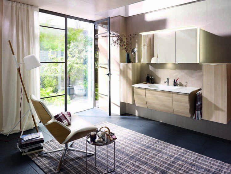 meuble salle de bain moderne, fauteuil relax, tapis cosy, carrelage