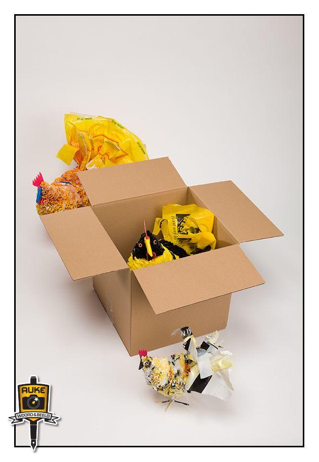 Kippen gemaakt in Zuid-Afrika van Nederlandse plastic boodschappentassen. Te koop en te zien in Fotogalerie VanderHoek & Mooren in broedplaats Kruitberg. Een project van Hans Mooren.