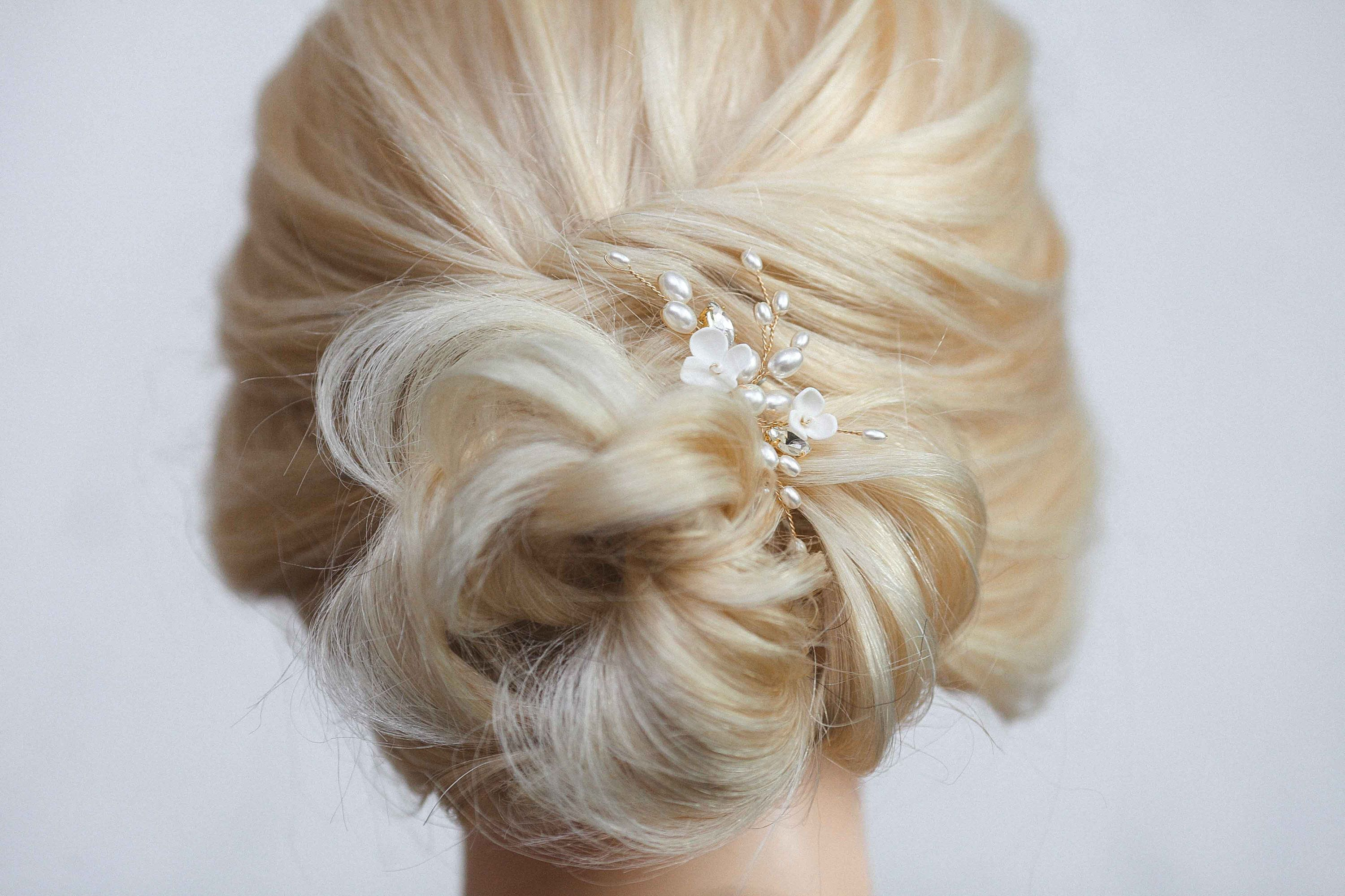 Gold hair pin Small head piece for bride Pearl headpiece Bridal hairpiece Ivory white hairpin Simple floral hair comb Hair clip with flower