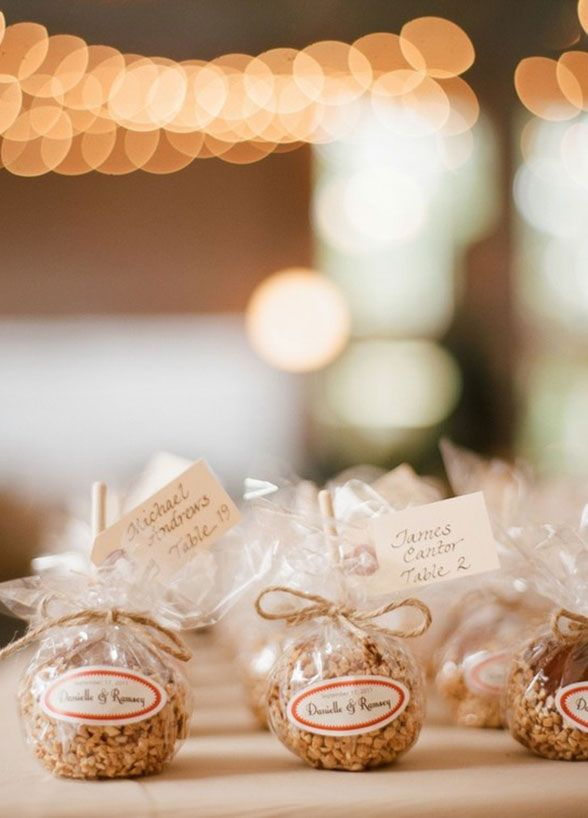 12 Best Edible Wedding Favors 5 How Sweet Candy Apples Are An