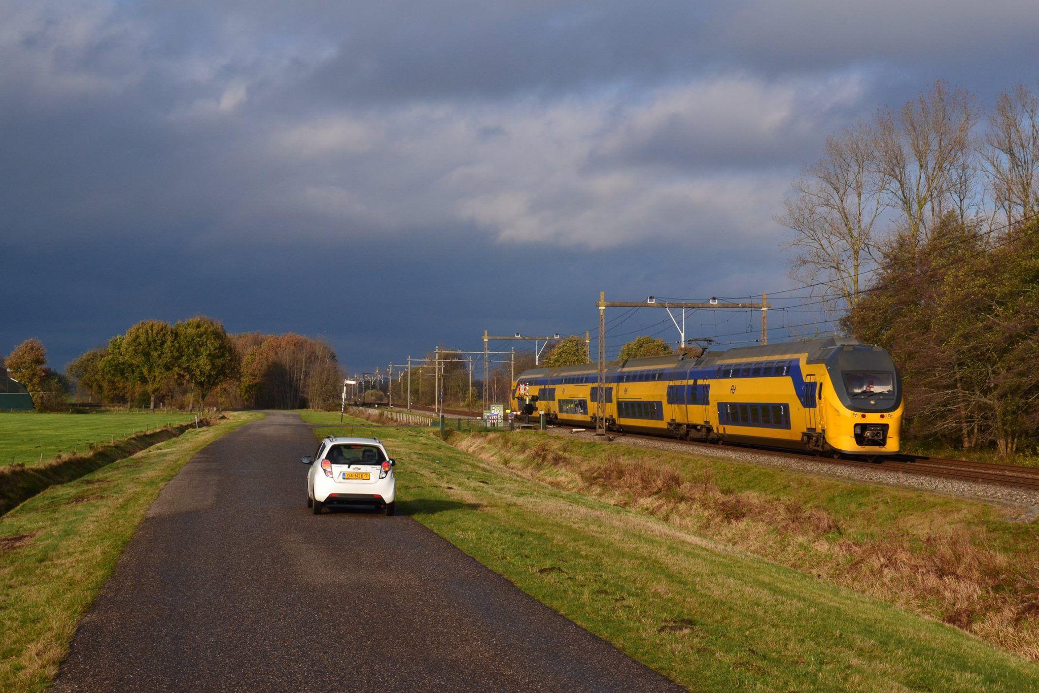Trein 750 (Gn-Gvc) met stel 9569 om 13.56 uur langs De Punt.