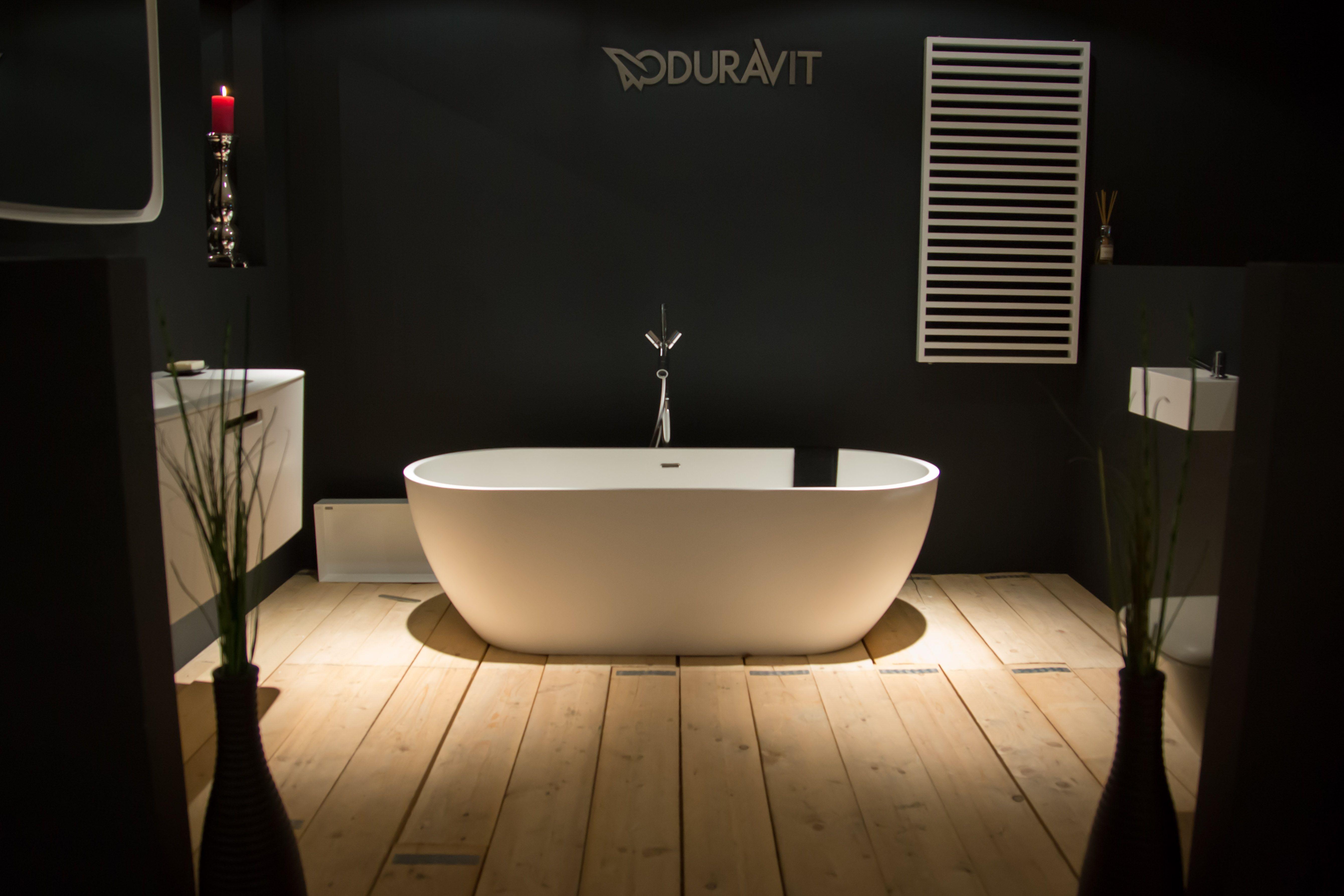 Een vrijstaand solid surface bad van Tortu in de showroom van