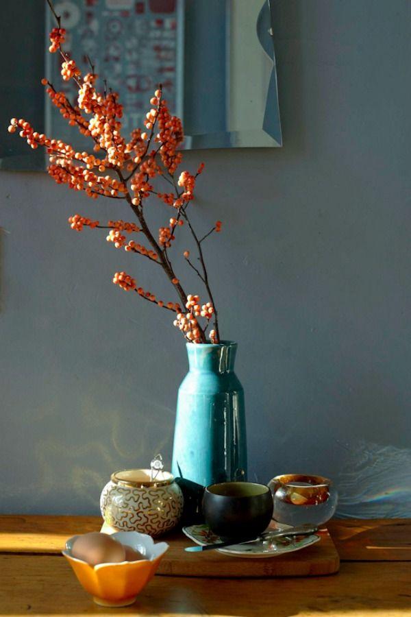 Herfst sfeer in huis met warme en vergrijsde tinten roze oker groen en rood bessentakken - Sfeer en kleuren ...