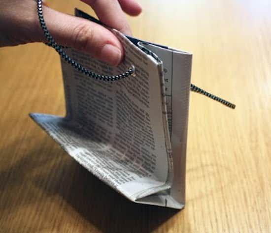 comment faire un sac cadeau original en papier journal pinterest sacs cadeaux les. Black Bedroom Furniture Sets. Home Design Ideas