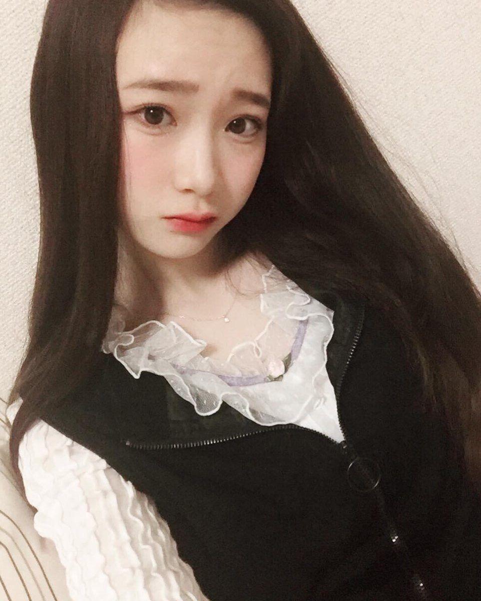 金子理江白いフリルシャツが可愛い私服