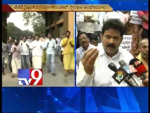Devotees protest against TTD for not giving darshanam passes in Tirupathi