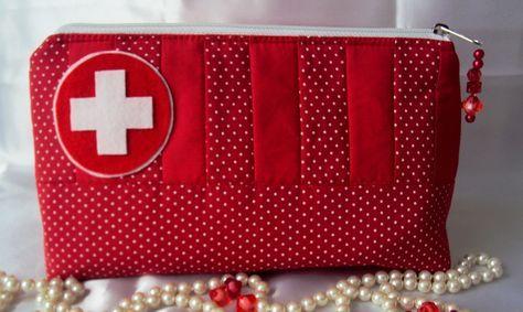 a81b03eca Necessaire para remédios e primeiros socorros toda em tricoline vermelho e  poá branco