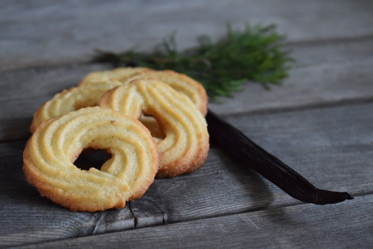 Vi er jo en familie, der bare elsker vanilje! Og vaniljekranse er derfor også en af vores absolut yndlinge blandt julens mange gode småkager. Vi har brugt denne opskrift i efterhånden mange år, da vi synes den er helt perfekt. Det er Markus Grigos opskrift vi bruger, og vi er vilde med, at den er… #vaniljekranseopskrift Vi er jo en familie, der bare elsker vanilje! Og vaniljekranse er derfor også en af vores absolut yndlinge blandt julens mange gode småkager. Vi har brugt denne opskr #vaniljekranseopskrift