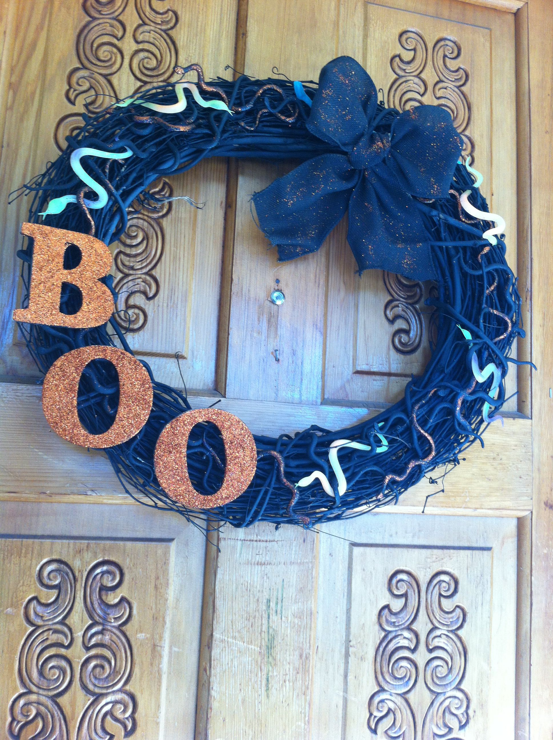Halloween wreath for the kids with glow in the dark snakes DIY I - glow in the dark halloween decorations