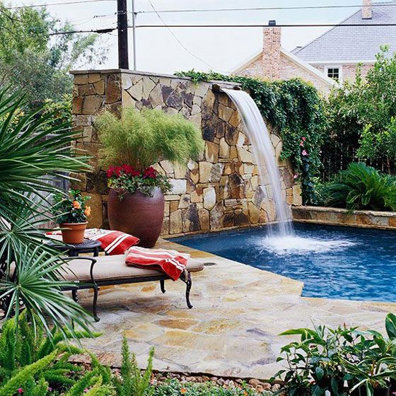 Una cascada en la piscina piscinas piscinas casas con for Piscinas en patios de casas