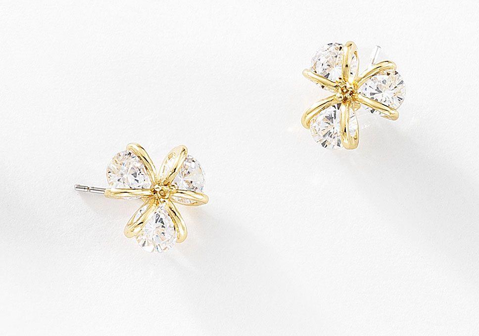 d0d0c1249348 Aretes pequeños con diseño de 3 pétalos elaborados con 4 baños de oro de 18  kt y cristal Diamonice®. Modelo 415215.