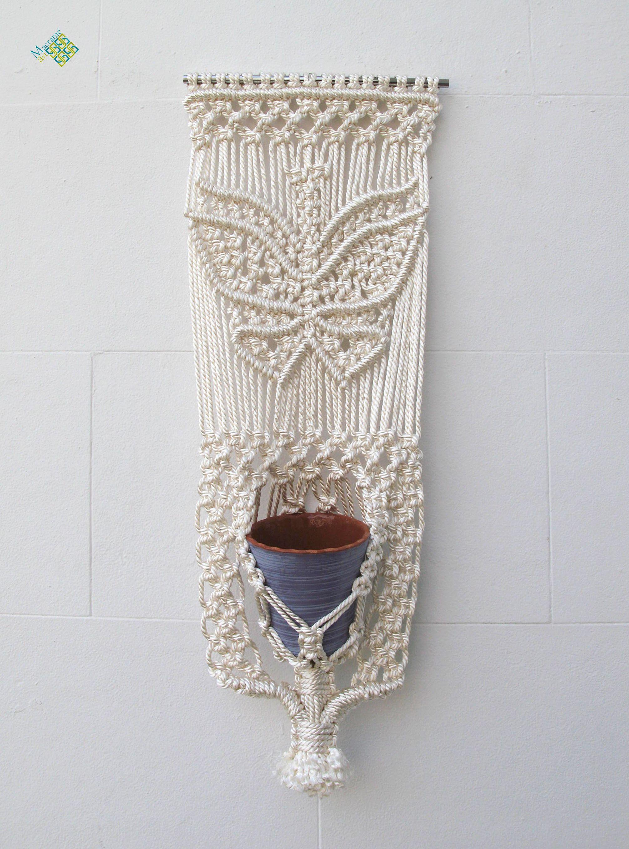 Un tapiz-macetero elaborado en cuerda de rayón, con un motivo de ...