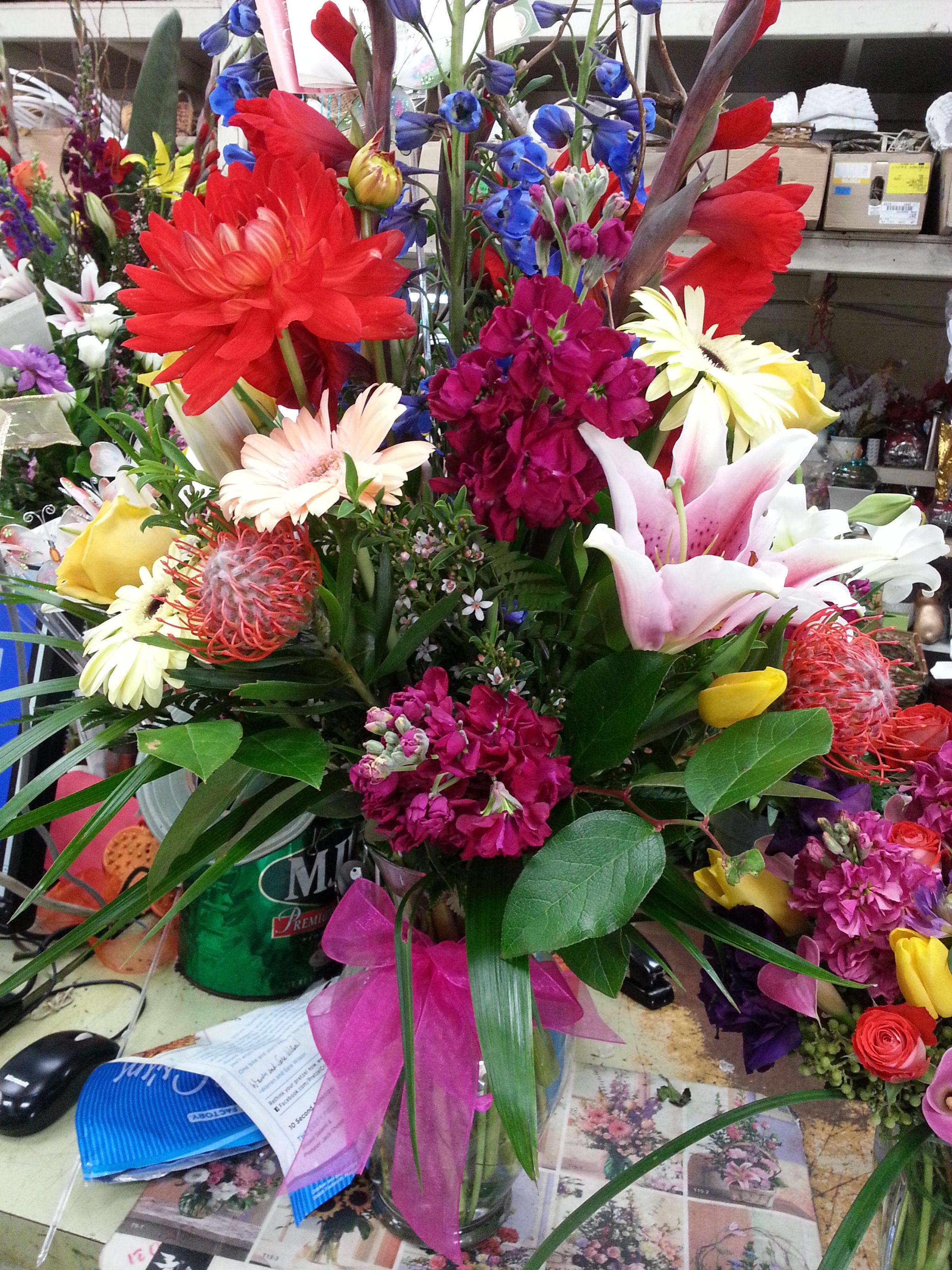 lirios, dalias, stock, con flores tropicales como la protea le dan un toque unico y distinctivo como MAMA!!