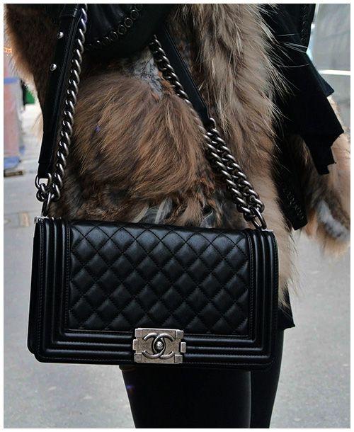 die besten 25 chanel tasche schwarz ideen auf pinterest chanel taschen chanel handtaschen. Black Bedroom Furniture Sets. Home Design Ideas