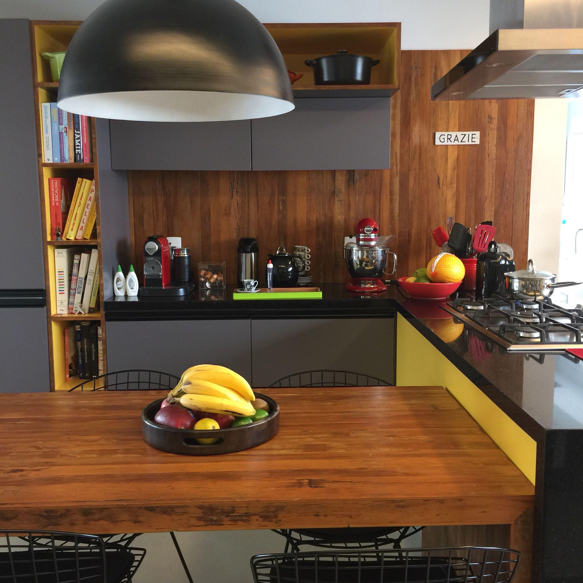 Cozinha em tons de cinza e amarelo projetada pela arquiteta Karen Pisacane