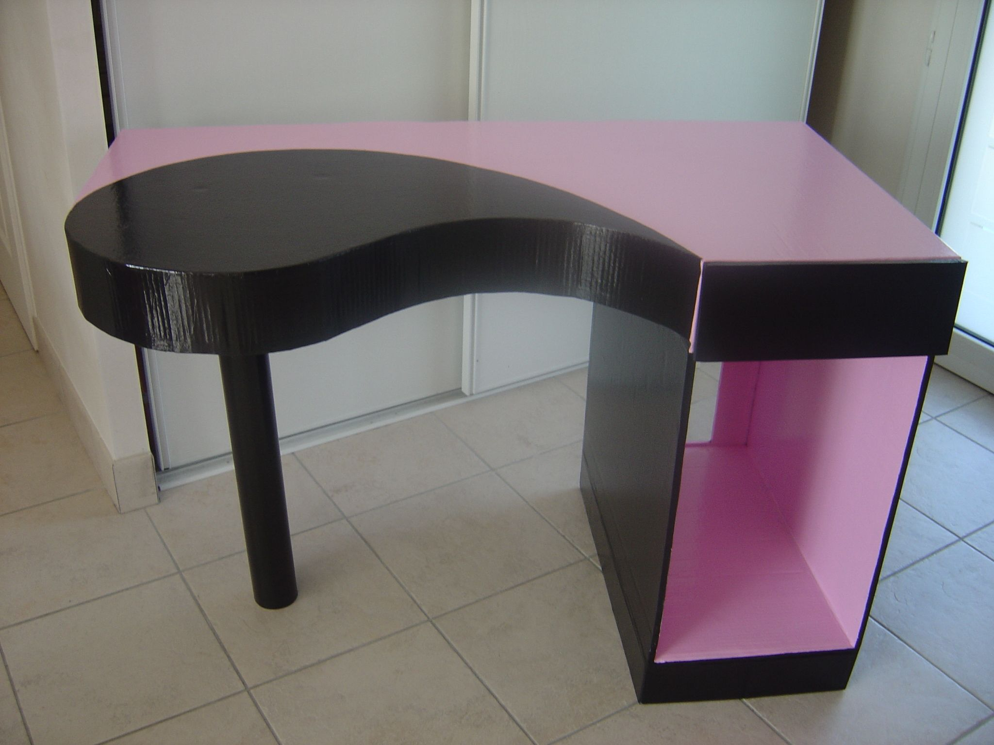 tutoriel fabriquer un bureau en carton cr ations en. Black Bedroom Furniture Sets. Home Design Ideas