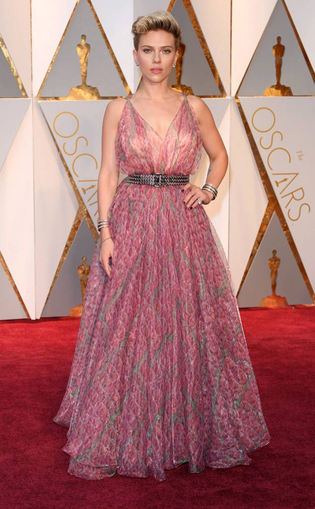Scarlett Johansson Dishes On Her Adrenaline Junkie Movie Roles At Oscars 2017 I Must Be Glutton For Pu Oscar Dresses Oscars 2017 Red Carpet Red Carpet Fashion