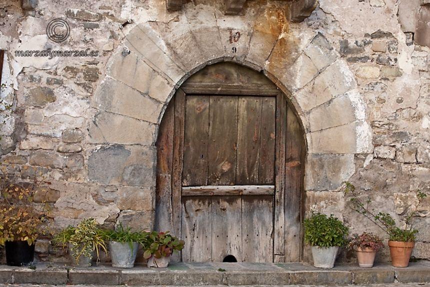 puerta y macetas