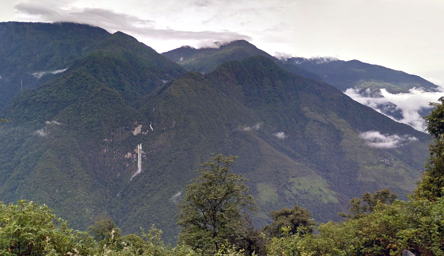 """<span>A waterfall visible from the </span>Phuntsholing-Thimphu Highway<span>. <a href=""""https://goo.gl/maps/lc4AQ"""">See it mapped</a>.</span>"""