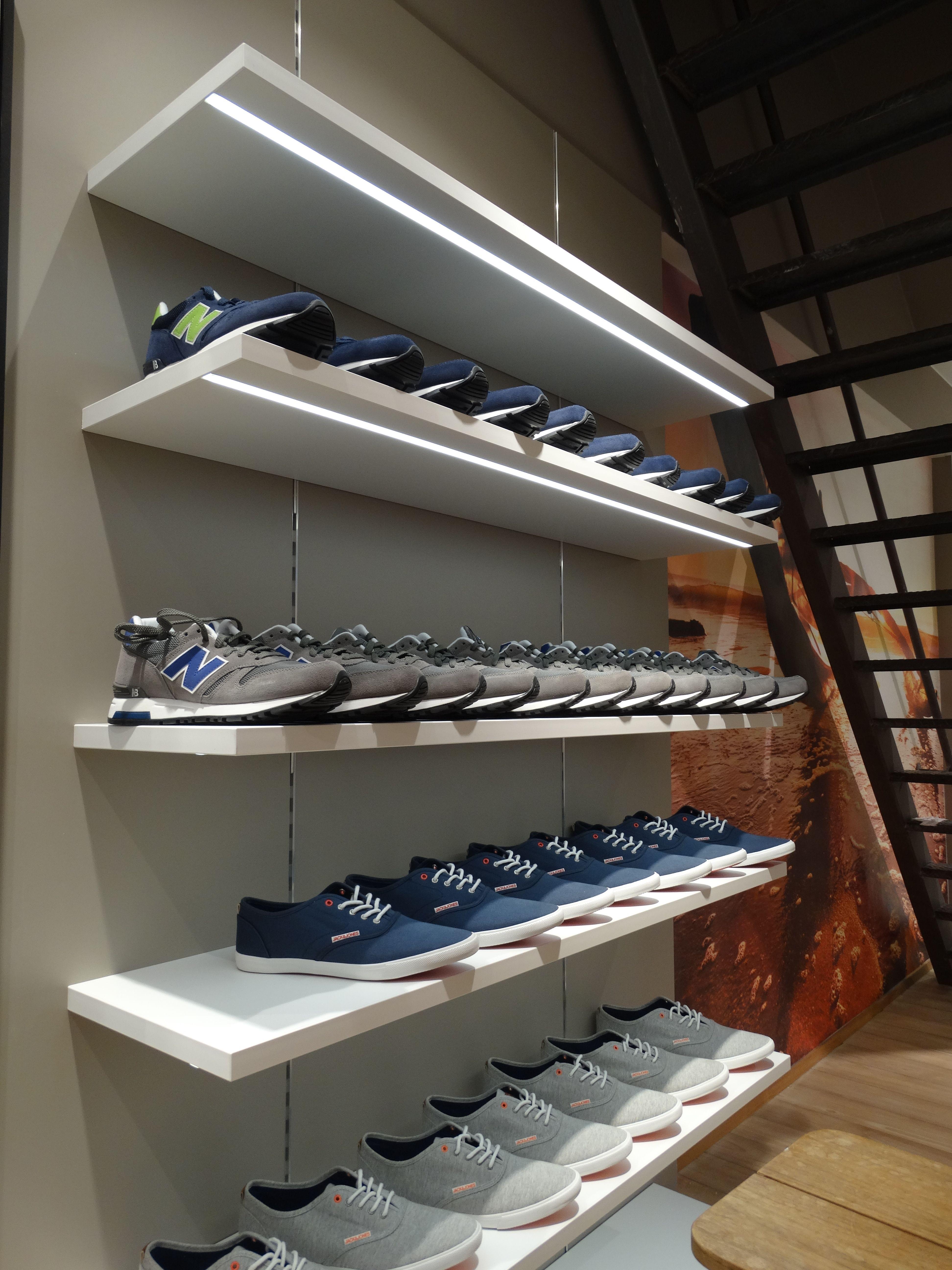 presentatie schoenen op #helbigeshelf #helbigbe #experience Inrichting door Dima, Ontwerp Luc Pratz