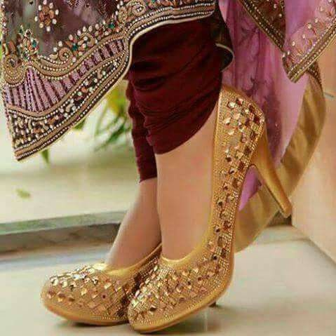 52acba3309550 Golden as always beautiful | Bridal in 2019 | Shoes, Indian shoes ...