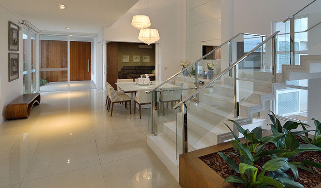 Sala De Jantar Em Tons Claros Com P Direito Duplo Escada  -> Gesso Sala Pe Direito Duplo