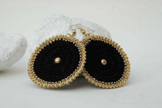Black golden earrings Crochet earrings Textile by lindapaula Pendientes, aretes, zarcillos de ganchillo.