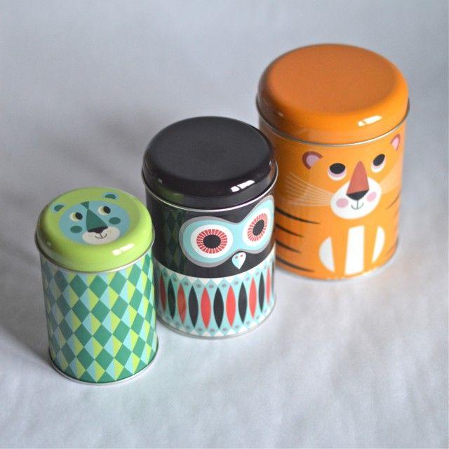 <p>Lot de 3 boîtes gigognes en métal laqué avec de belles illustrations de l'artiste suédoise Ingela P. Arrhenius, éditées par Omm design. Idéal pour stocker vos petits gâteaux, vos pâtes ou bien d'autres trésors ! On aime leurs couleurs et leur joyeux graphisme !</p> <p><em><br /></em></p> <p><em><br /></em></p>