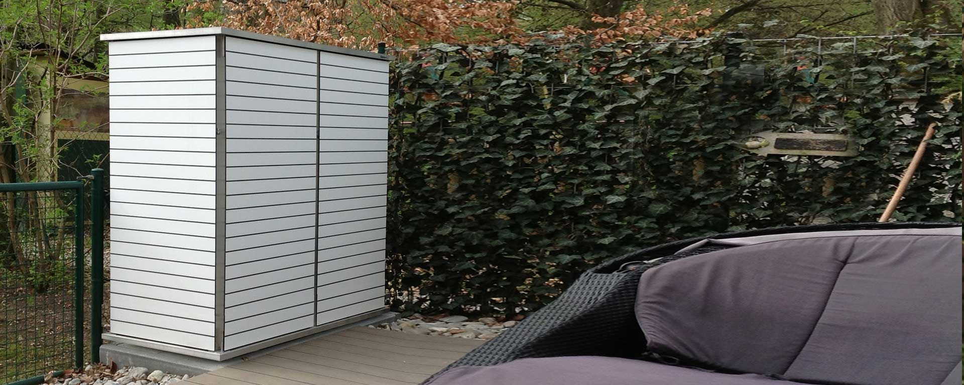 Gartenschrank Weiss Mit Hpl Turen Und Alurahmen Die Turen Konnen In Beliebigen Farben Und Dekoren Mit Schmalen Breit Gartenschrank Gartenschrank Metall Garten