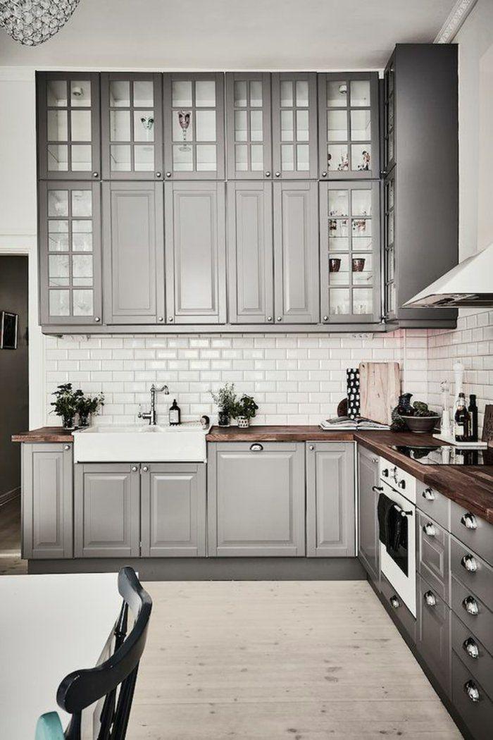 perlgraue Küche mit grauen Regale und Laminat Boden Vasen als