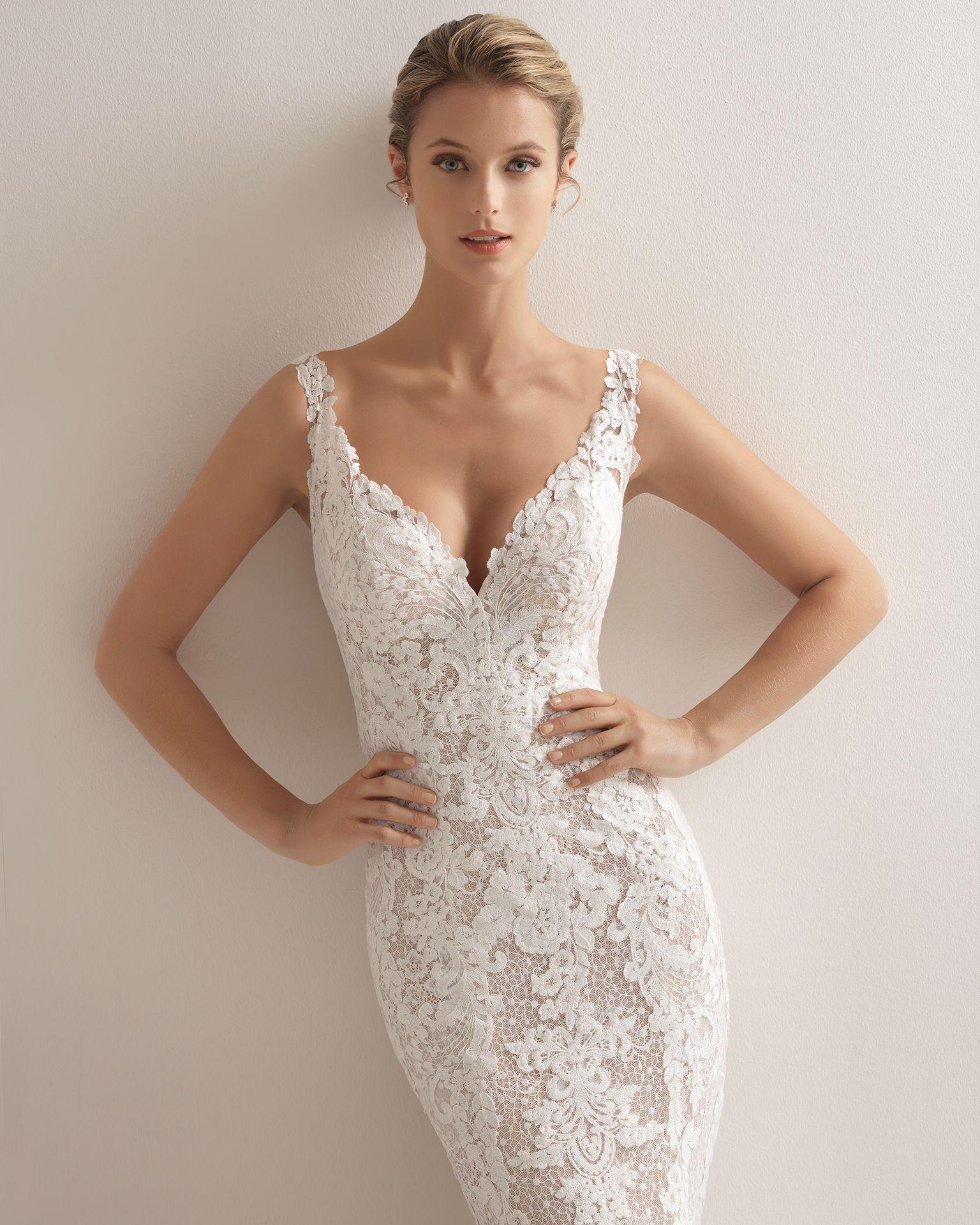 450fe639a0 Vestido de novia estilo romántico en encaje con escote V y espalda con  efecto tattoo con encaje en color nude y en natural.