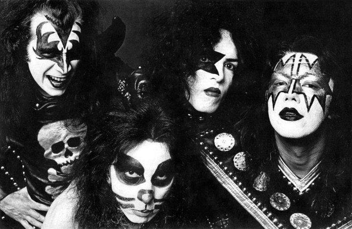 KISS, 1974 Hier waren ze nog leuk en dacht Gene Simmons niet alleen maar aan geld ;-)