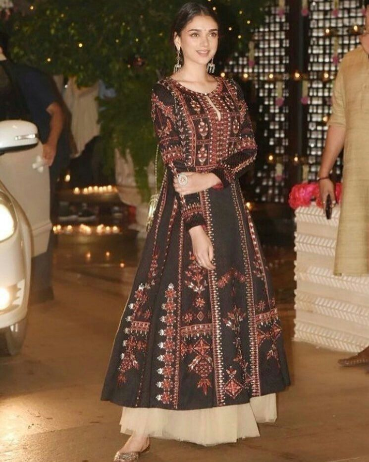 Dark-Hued Traditional Outfit Ideas For Bridesmaids