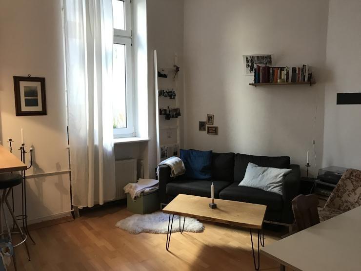 Gemütliches Wohnzimmer mit Sofa in dunkelgrau und weißer Holzleiter - gemütliches sofa wohnzimmer