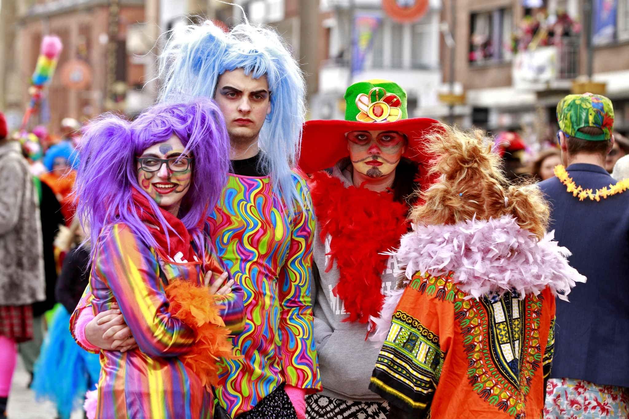 Au carnaval de Dunkerque, la foule dense des carnavaleux progresse au son  du tambour major A cor et à cris, les descendants des pirates sont de \u2026