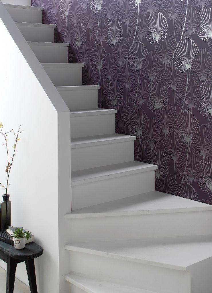 Donnez du charme à votre entrée avec un escalier repeint de blanc et - pose papier a peindre