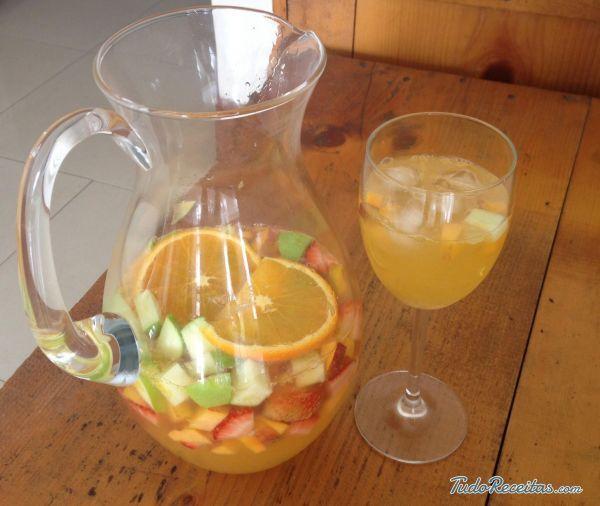 Sangria de cava com suco de laranja, bebida típica de Espanha! Aprenda a preparar, clique na imagem!