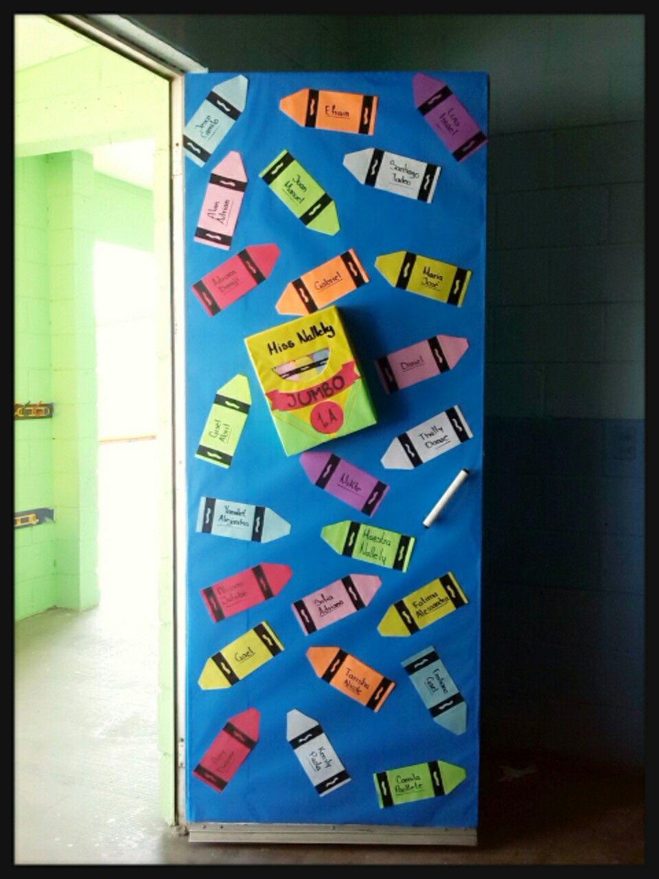 Puerta decorada con crayolas puertas pinterest for Decoracion de puertas escolares
