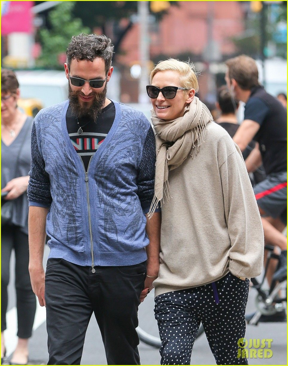 Tilda Swinton Ditches Her Trainwreck Makeover For Day Out With Sandro Kopp Tilda Swinton Ditches Her Makeover Fashion Couple Stylish Couple Tilda Swinton