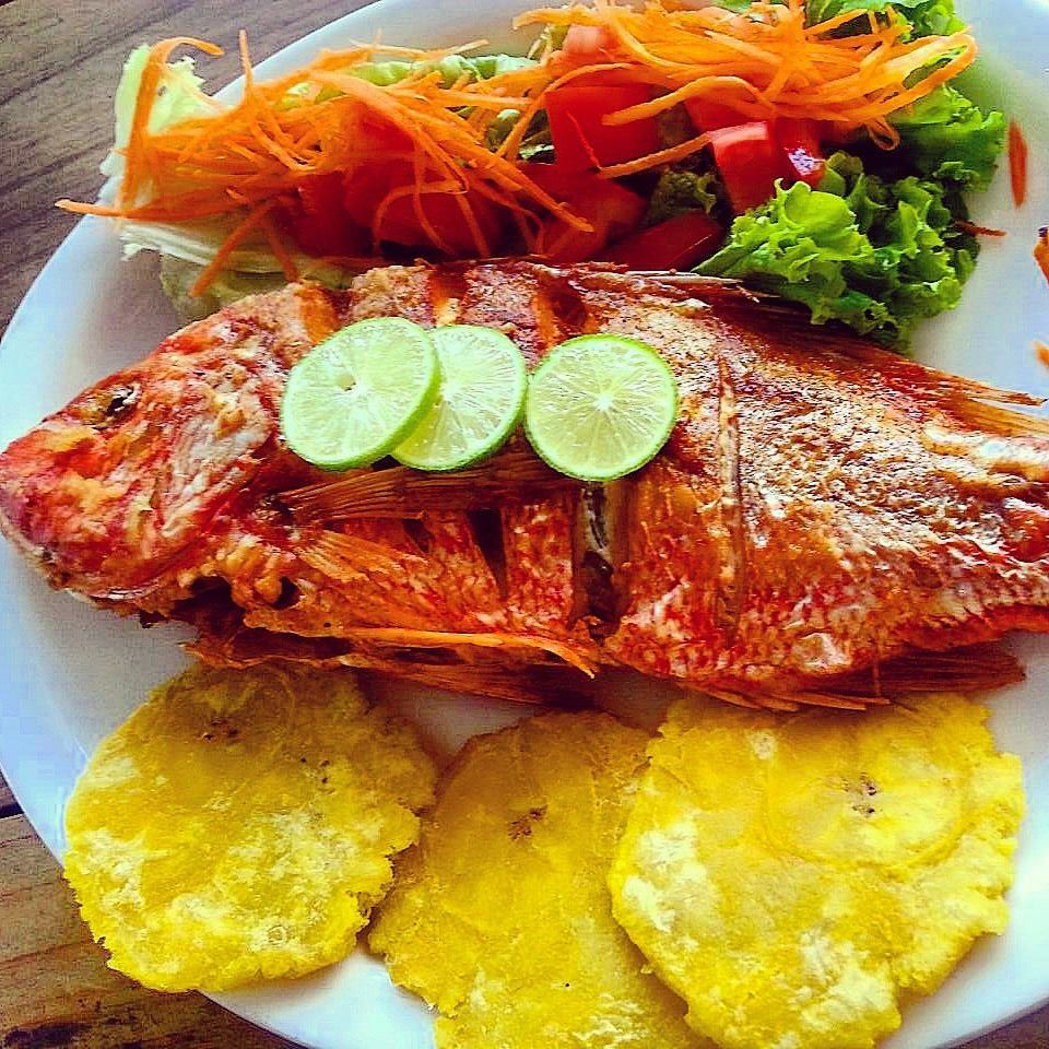 Plato t pico pescado frito arepas pinterest pescado for Platos rapidos