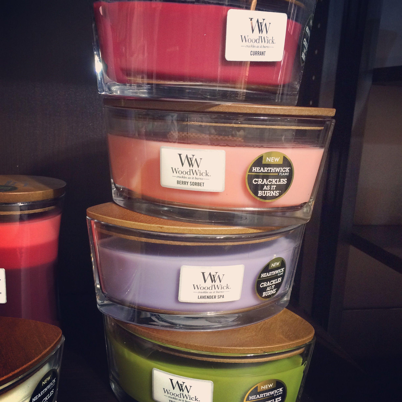 Une délicieuse pyramide de senteur! Découvrez la jolie gamme de bougies parfumées WoodWick avec une mèche en bois!